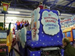 111 feiern das Richtfest für unseren Rosenmontagswagen